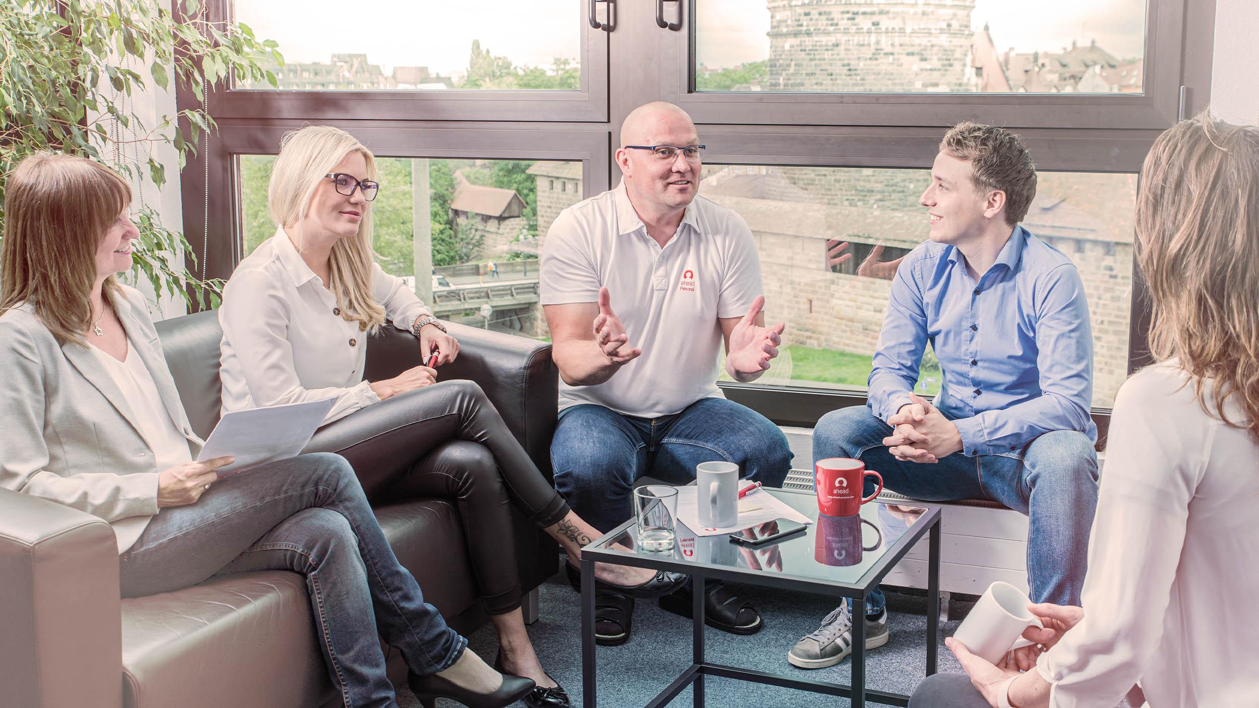 Team diskutiert über Jobsuche Bewerber