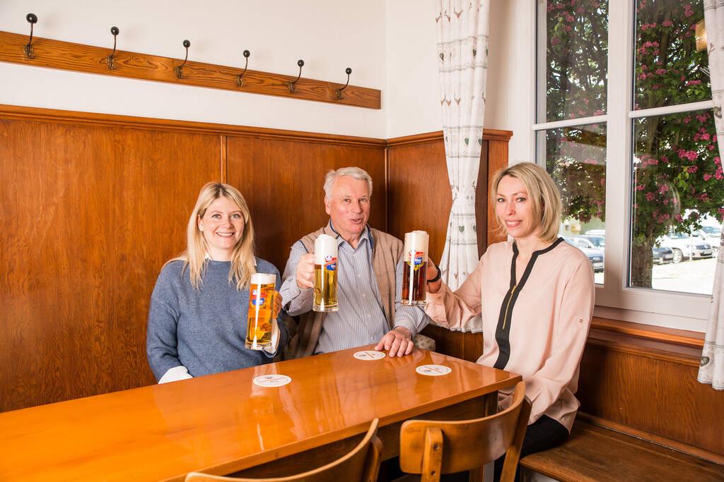 Ammerndorfer Geschäftsführung stößt mit Bier auf Relaunch an