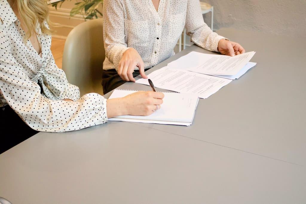 Vertragsunterschrift neuer Mitarbeiter