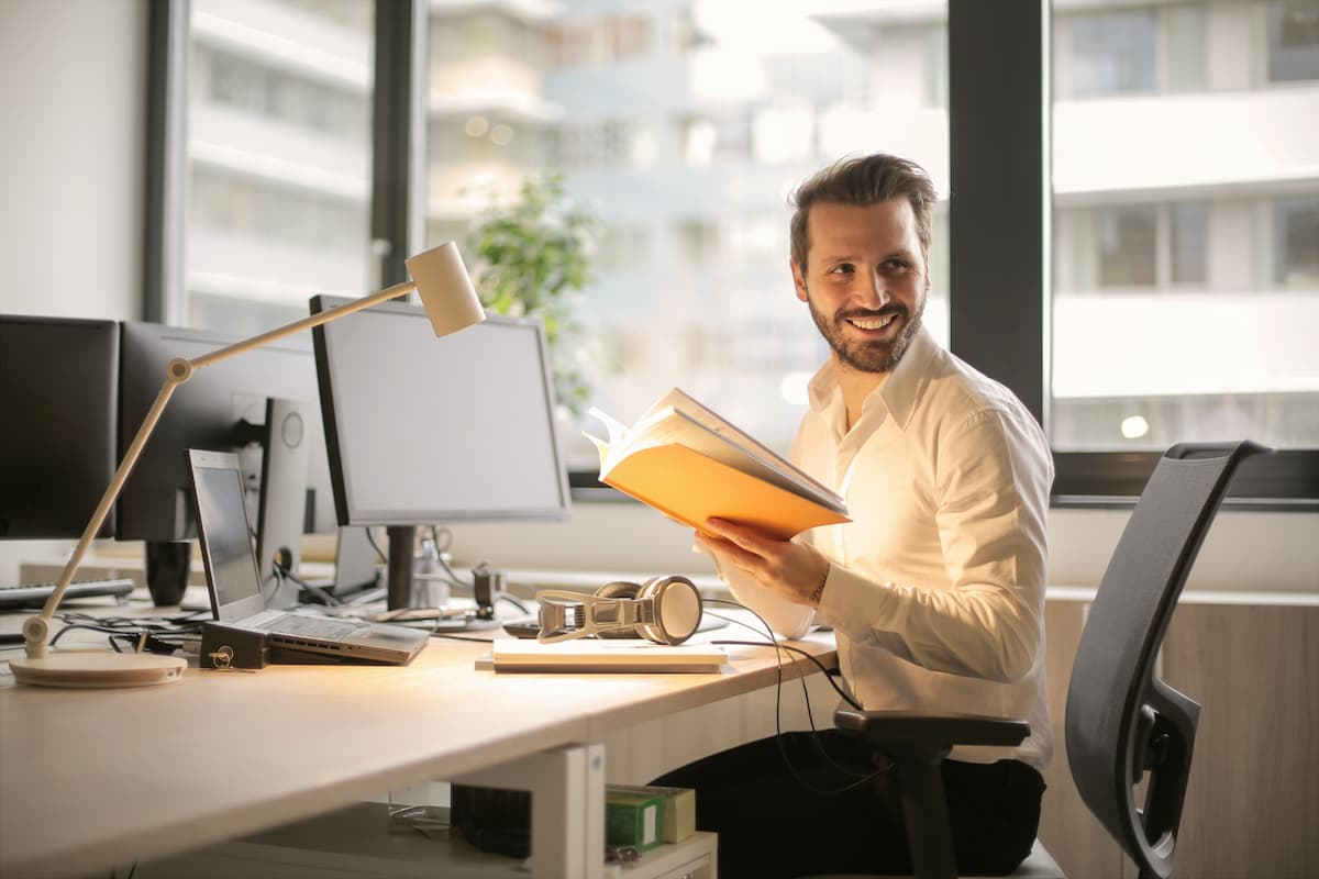 Glücklicher Mitarbeiter am Arbeitsplatz